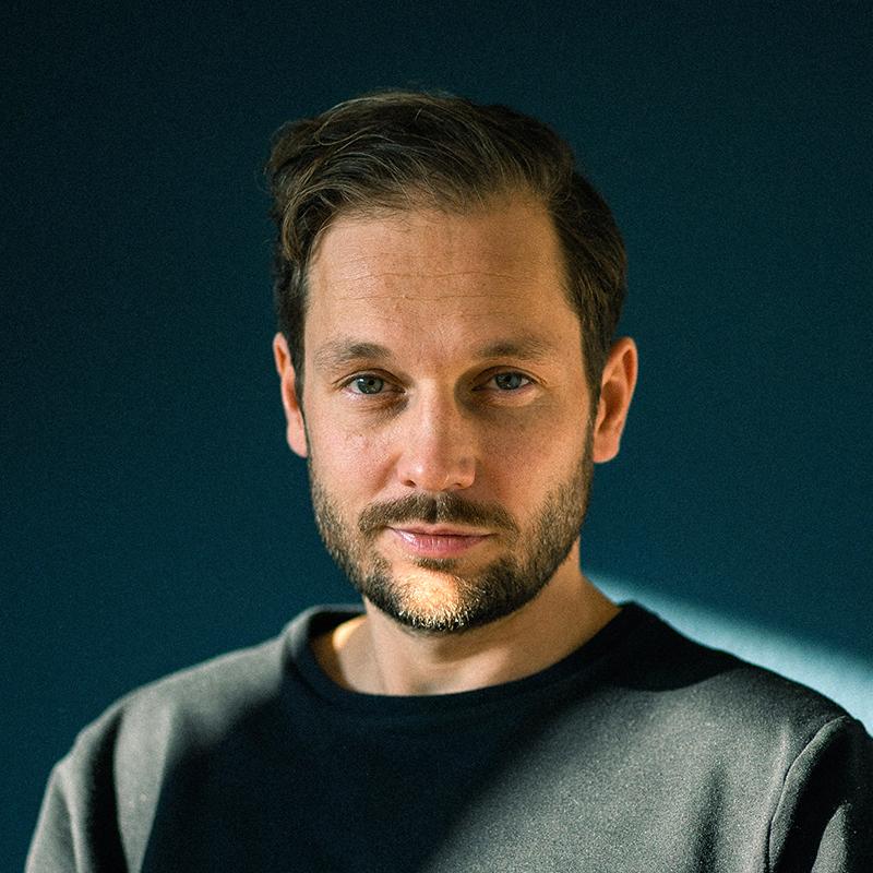 Vortrag Verschwörungsmythen: Porträtfoto von Vortragsrdner Friedemann Karig