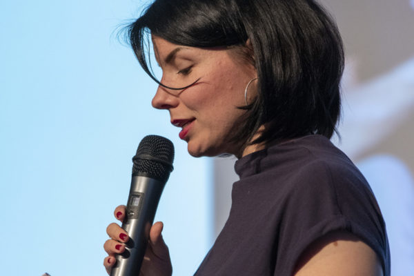 Vortrag Kulturkommunikation: Vortragsrednerin Karla Paul auf der Bühne