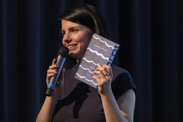 Vortrag Social Reading: Vortragsrednerin Karla Paul auf der Bühne
