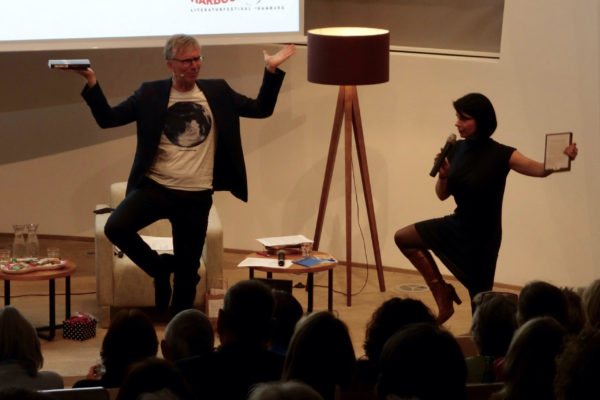 Keynote Kulturkommunikation: Vortragsrednerin Karla Paul auf der Bühne