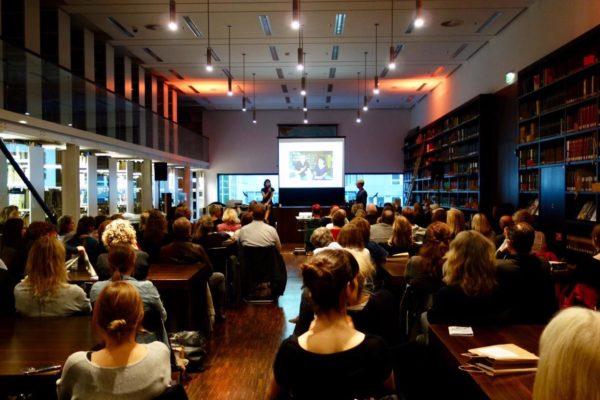 Vortrag Kulturkommunikation: Vortragsrednerin Karla Paul bei einer Veranstaltung